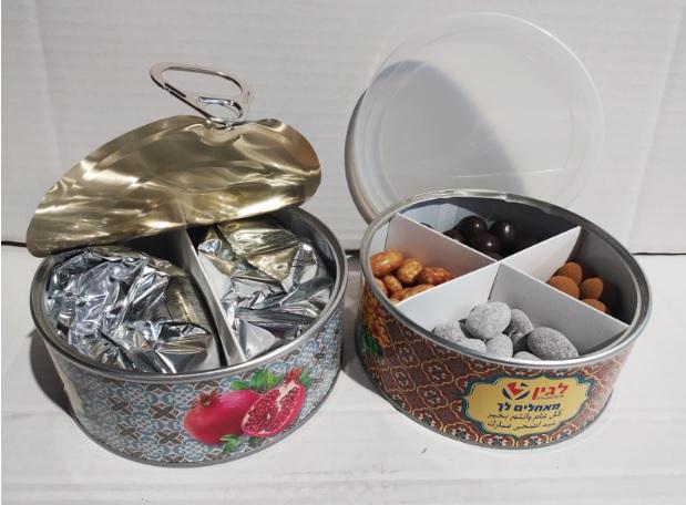 מארז פינוקים הכולל מלוחים מתוקים שוקולדים לפי בחירת לקוח במיתוג מלא על קופסת פח